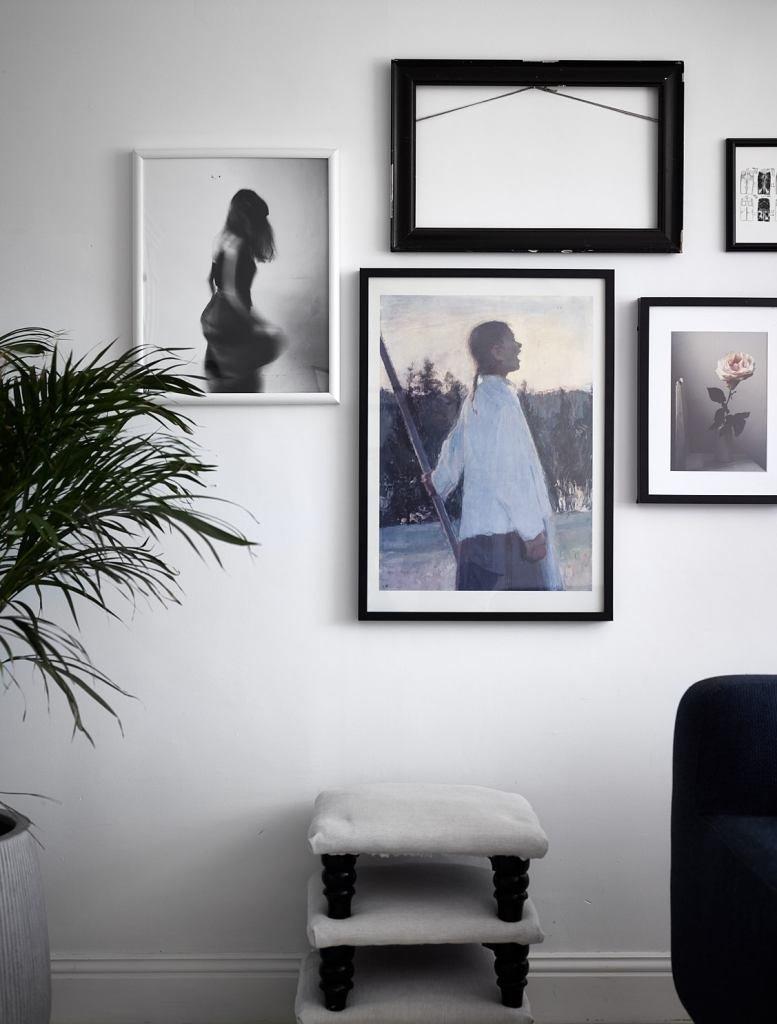 Необычно видеть пустую рамку в качестве декора на стене рядом с фотографиями.