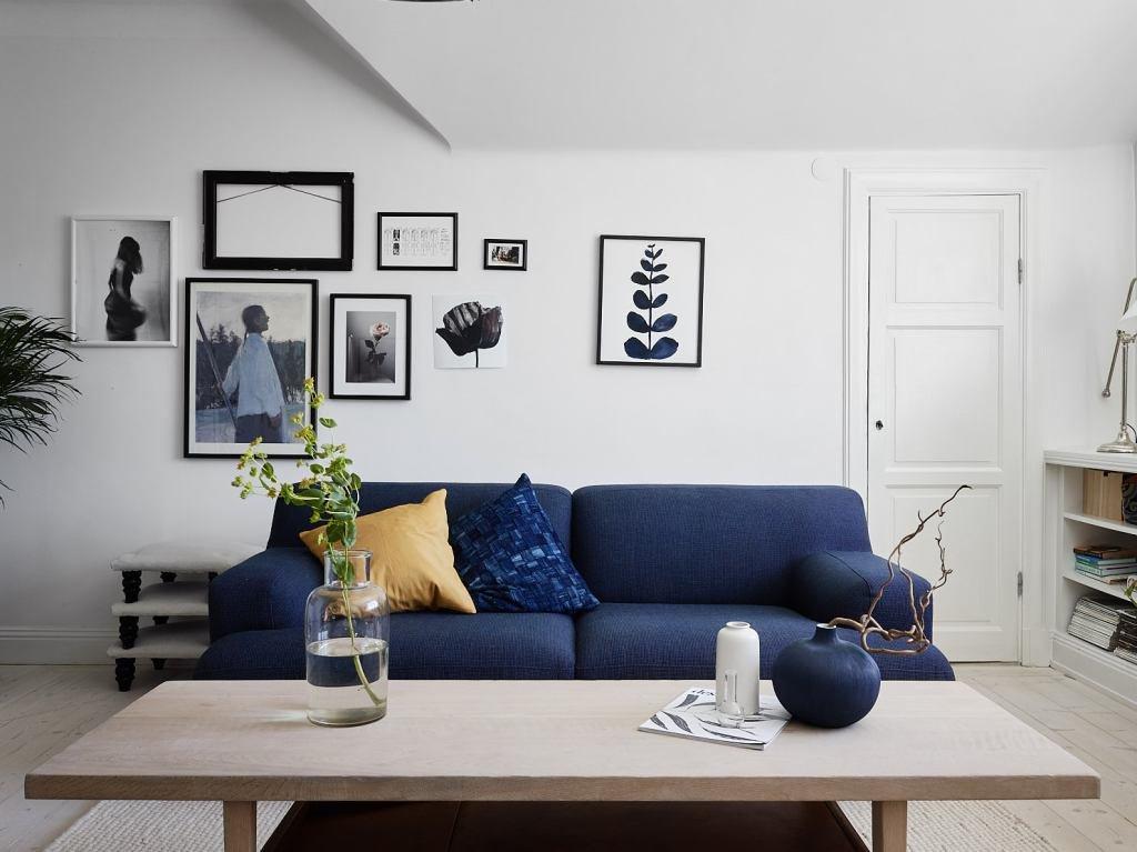Журнальный столик в центре гостиной между двумя диванчиками.