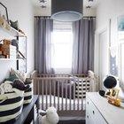 Совсем крохотная комната для малыша. Кроватку решили расположить ближе к входу, а комод в глубине. Интерьер построен на комбинации нейтральных белого и серого цветов.