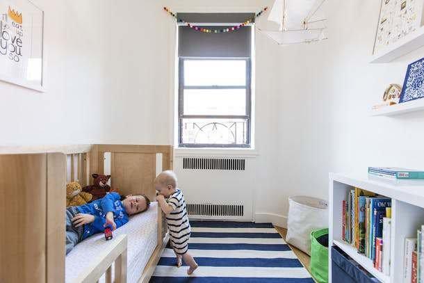 С появлением второго ребенка, родители реконструировали небольшую комнату прилегающую к кухне для старшего мальчика. Детская получилась светлой с простым скандинавским интерьером.