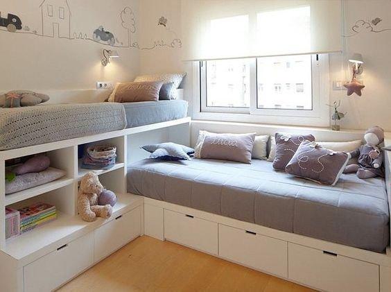 Сыграв на разности высот кроватей расположенных перпендикулярно друг к другу дизайнер разделил личное пространство каждого из детей.