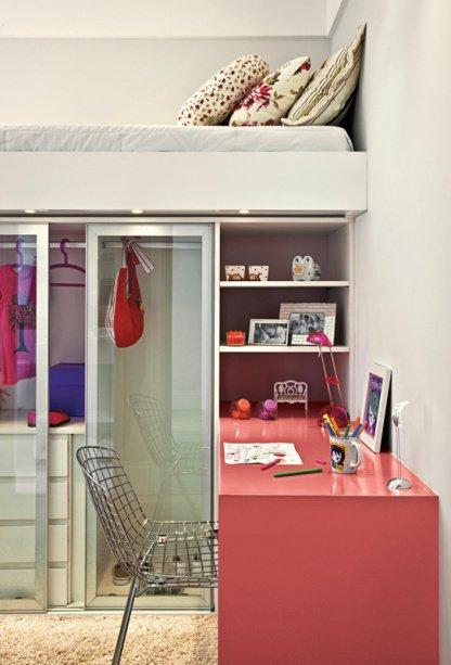 В данной детской один мебельный блок решает сразу несколько задач. Сверху кровать, под ней гардероб и полки для школьных принадлежностей. Рядом с полками перпендикулярно кровати удобный рабочий стол школьника.