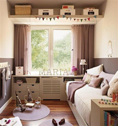 В этой детской максимально использовано пространство вокруг окна. Под окном шкаф вдоль всей стены образует широкий подоконник и одновременно изголовье кровати. А над окном расположилась широкая полка для коробок и корзинок.