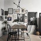 Фотографии всегда оживляют интерьер, благодаря им и эта маленькая столовая стала уютной и гостеприимной. (квартиры,апартаменты,интерьер,дизайн интерьера,мебель,скандинавский,скандинавский интерьер,скандинавский стиль,столовая,дизайн столовой,интерьер столовой,мебель для столовой,фото столовой,идеи столовой)