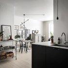 Кухня не имеющая собственных окон благодаря отсутствию дверей и перегородок является светлой приятной частью жилой комнаты.