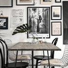 У обеденного стола классические черные