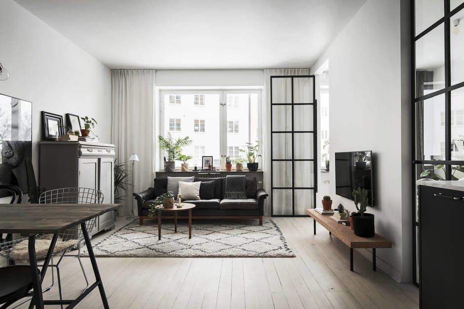 Берберский ковер задает очертания гостиной в общей жилой комнате.
