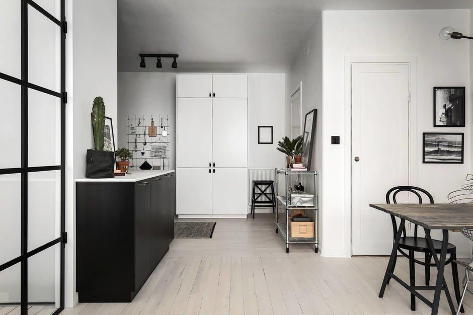 Часть кухонного фасада выходит из-за угла, где скрывается вся кухня, в столовую и гостиную часть жилой комнаты, что стирает четкую грань между кухней и гостиной.
