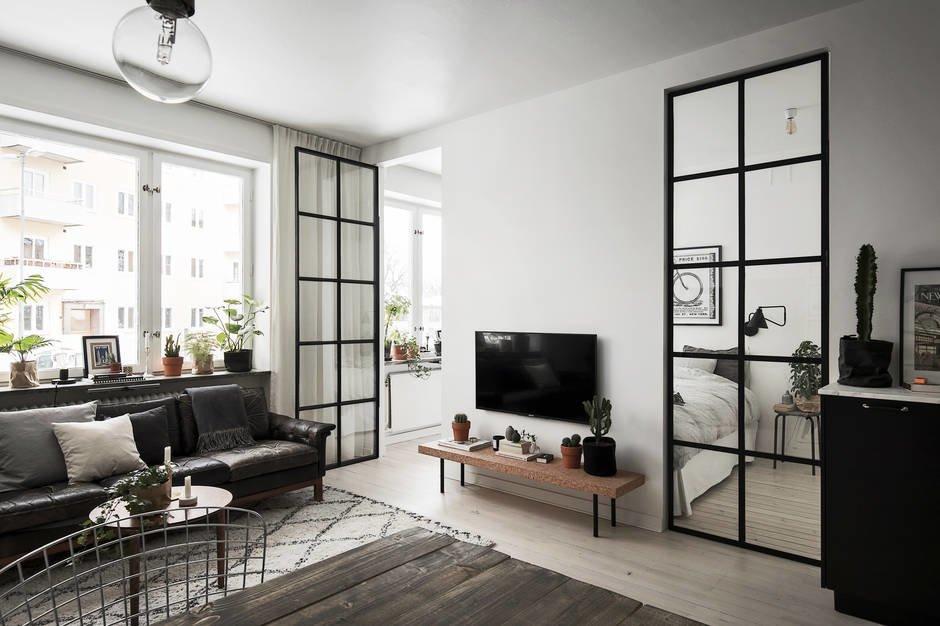 Две черные металлические остекленные двери в спальню пропускают много света, а главное позволяют подходить к кровати с обеих сторон, несмотря на малую ширину спальни.