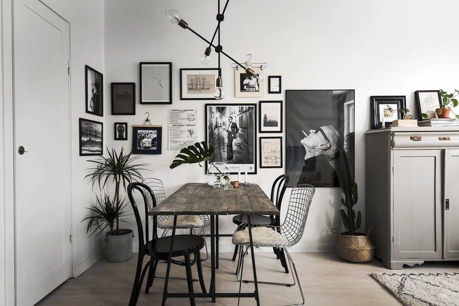 Фотографии всегда оживляют интерьер, благодаря им и эта маленькая столовая стала уютной и гостеприимной.