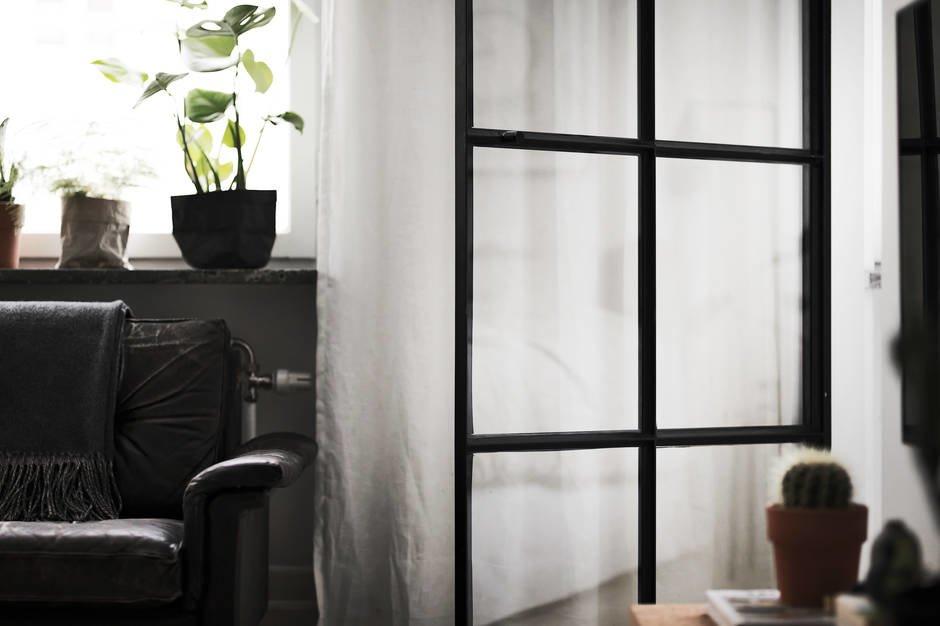 Невесомые прозрачные двери в спальню идеально подходят для небольшой квартиры, так как они не скрадывают пространства.