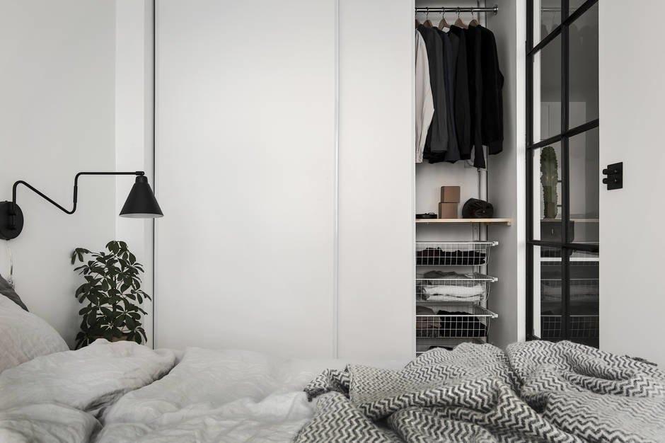 Вместительный гардероб занимает всю торцевую стену спальни противоположную окну.