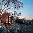 Брутальные покрытые патиной фасады дома хорошо смотрятся в суровом каменистом окружении.