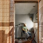 Меньшая комната, вероятно, задумывалась архитекторами как спальня. (маленький дом,архитектура,дизайн,экстерьер,интерьер,дизайн интерьера,мебель,индустриальный,лофт,винтаж,стиль лофт,индустриальный стиль,минимализм,спальня,дизайн спальни,интерьер спальни,фото спальни,мебель для спальни,кровать)