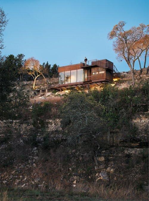 Дом расположен на склоне почти на вершине возвышения, благодаря чему из окон открывается вид на равнину