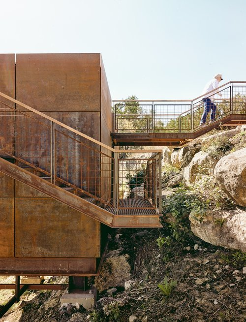Как ни странно лестницы и трапы украшают небольшой домик простой строгой формы.