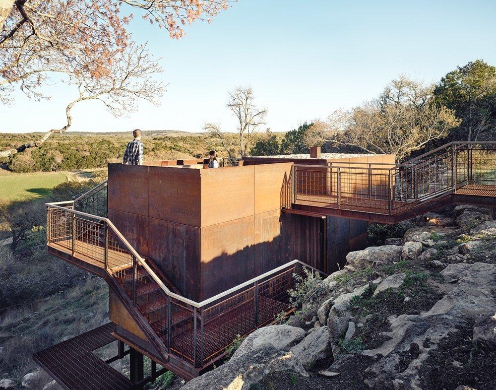 Лестница ведущая в дом огибает его предоставляя дополнительные смотровые площадки
