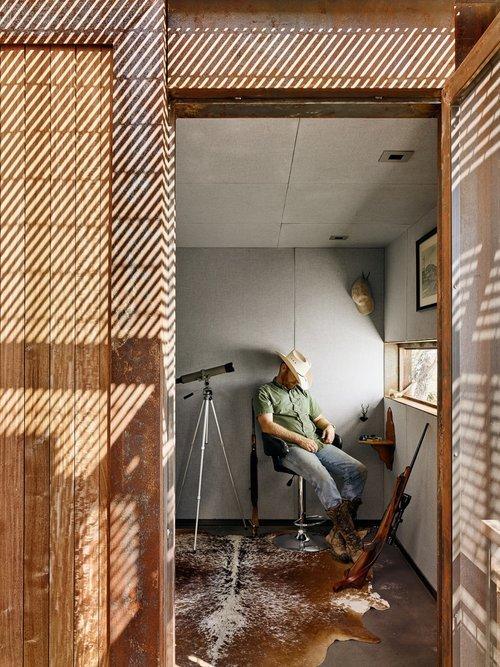Меньшая комната, вероятно, задумывалась архитекторами как спальня.