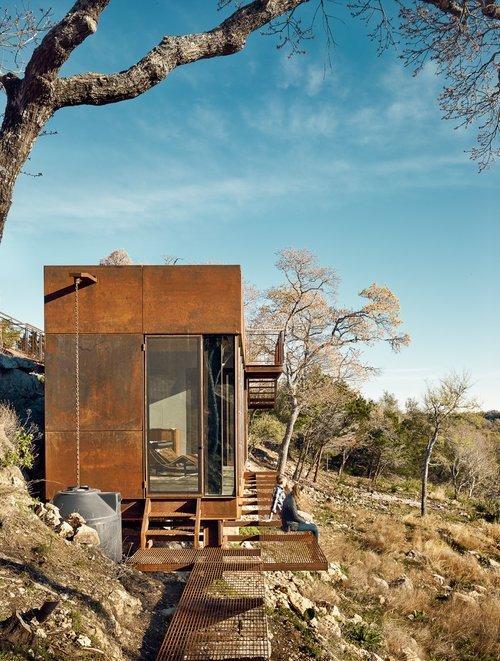 Небольшой решетчатый балкон вокруг дома, вероятно, призван только упростить мытье окон. Для других целей он слишком узок.