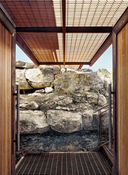 Вход или крыльцо домика под трапом ведущим на крышу с террасой.