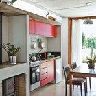 Над небольшой кухней можно заметить световое окно в крыше, которое пропускает рассеянный свет внутрь дома. Для отопления дома предусмотрена дровяная печь.