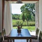 С открытым окном столовая превращается в крытую террасу продуваемую ветром. (маленький дом,архитектура,дизайн,экстерьер,интерьер,дизайн интерьера,мебель,современный,минимализм,столовая,дизайн столовой,интерьер столовой,мебель для столовой,фото столовой,идеи столовой)