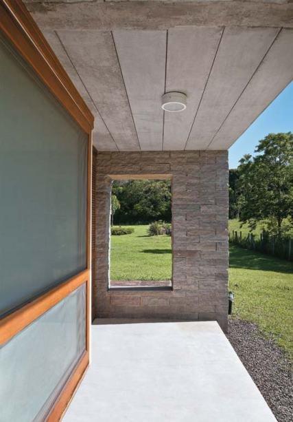 Достаточно широкая терраса эффективно защищает внутренние помещения от жаркого южного солнца.