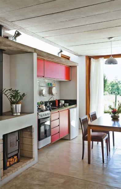 Над небольшой кухней можно заметить световое окно в крыше, которое пропускает рассеянный свет внутрь дома. Для отопления дома предусмотрена дровяная печь