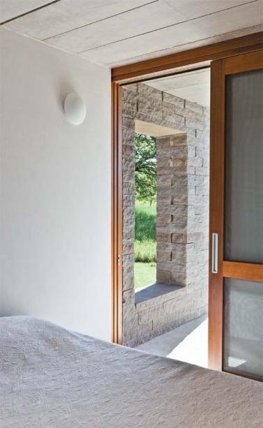 Планировка доме позволяет из спален выйти непосредственно на террасы. Но и в жилую комнату пройти можно и не выходя на улицу.