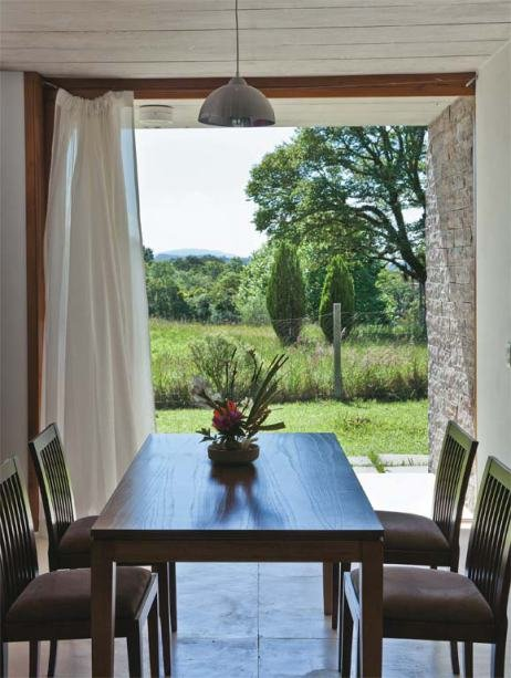С открытым окном столовая превращается в крытую террасу продуваемую ветром.