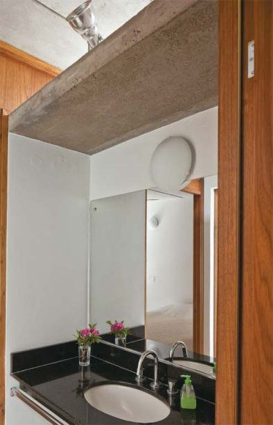 Умывальник ванной комнаты находится на стене смежной с кухней. Сюда тоже попадает свет из светового окна в крыше.