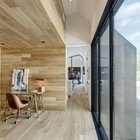 Домашний офис, как и все остальные жилые помещения дома имеет остекленную стену.