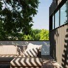 Терраса над гаражом покрыта комфортным деревянным настилом, меблирована садовой мебелью и является продолжением гостиной.