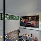 Второй свет в гараж на первом этаже. Из гостиной можно наблюдать за мастерской и работой с машиной на подъемнике..