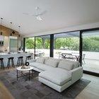 Жилая комната объединяет гостиную и кухню-столовую организованную вокруг кухонного острова с барной стойкой.