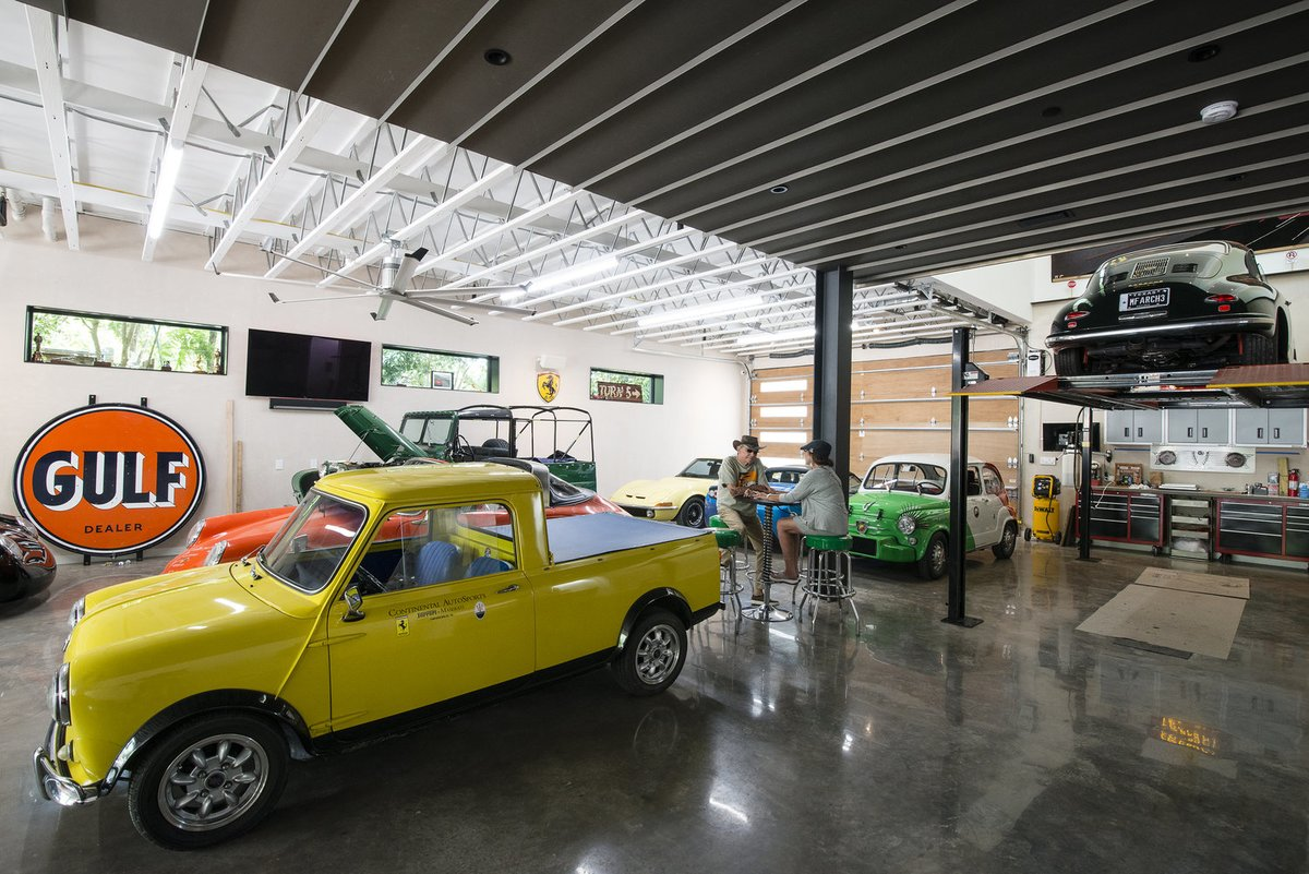 Большой телевизор на стене гаража, барный столик в его центре, делают гараж еще более приятным местом.