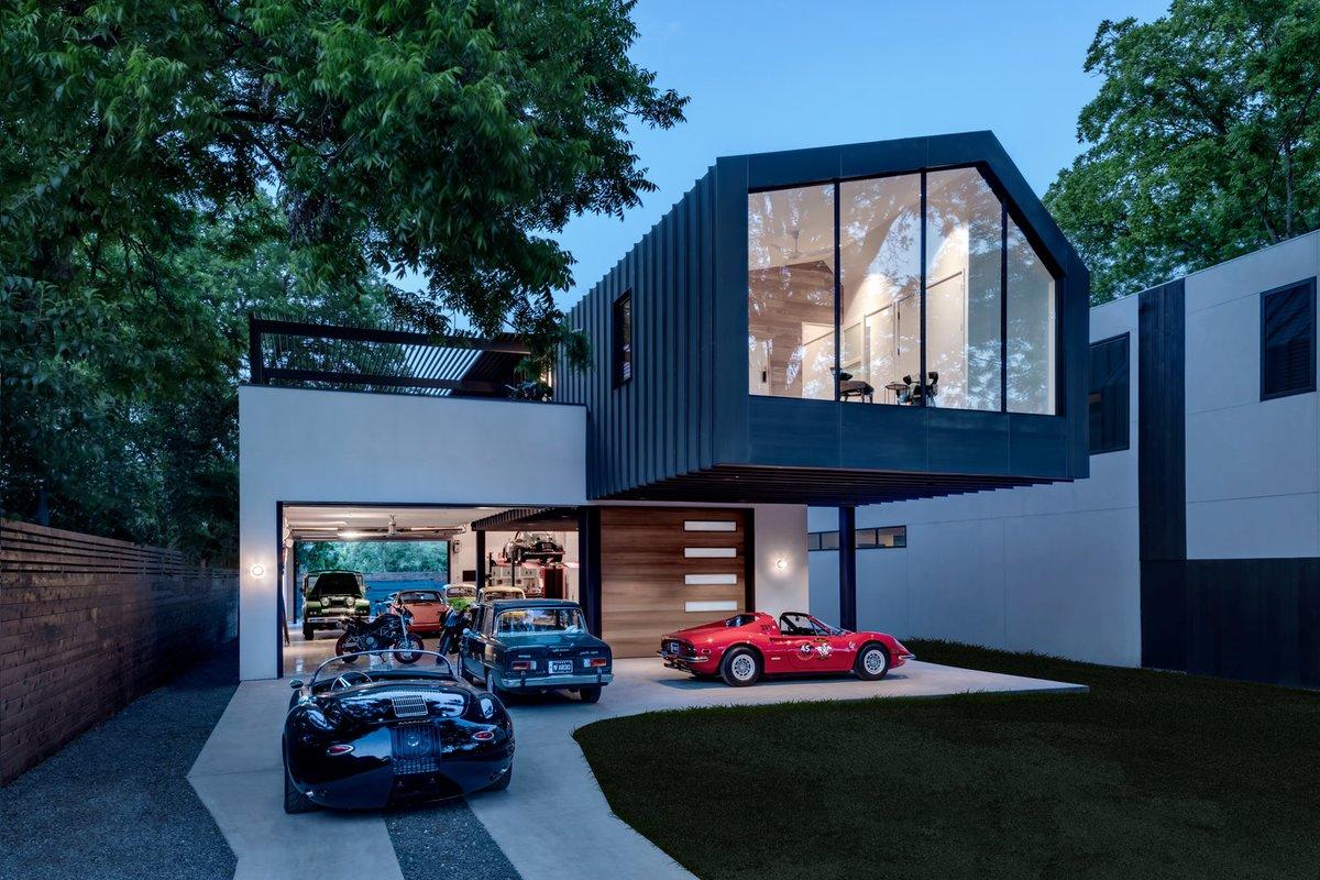 Черный фасад второго жилого этажа присутствует и во внутренней отделке потолка гаража, что подчеркивает разделение этих двух объемов.
