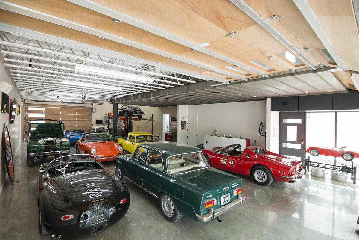 Не трудно оценить площадь гаража занимающего первый этаж дома.