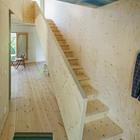 Лестнича соединяющяя два уровня жилого пространства