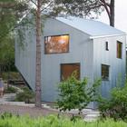 Фасад и крыша дома обшиты профнастилом