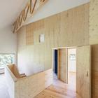 Двери отделяют гостинную от двух спален (лестница,спальня,жилая комната,минимализм,современный,маленький дом,архитектура,дизайн,интерьер,экстерьер)