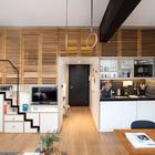 С задвинутой лестницей пространство номера образует достаточно большую гостинную.