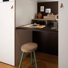 В маленьком номере нашлось место для офисного уголка. (домашний офис,офис,мастерская,мебель,архитектура,дизайн,интерьер,экстерьер,современный)