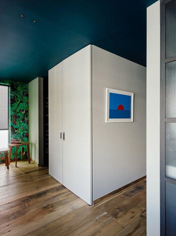 Гардероб скрыт за широкими дверьми, которые можно полностью открыть.