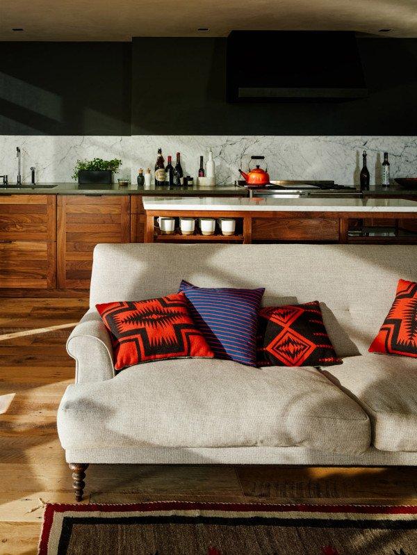 Натуральные ткани применены для обивки дивана и кресел в гостиной. Возможно они выглядят не так хорошо как могли бы выглядеть смесовые ткани, но для здоровья однозначно безопаснее.