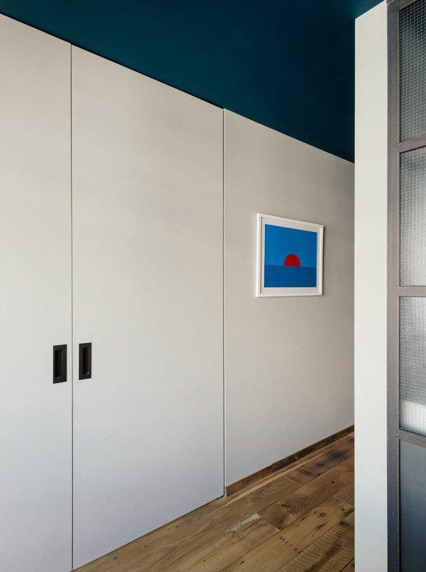 Полностью открытые дверь гардероба удлиняют коридор.