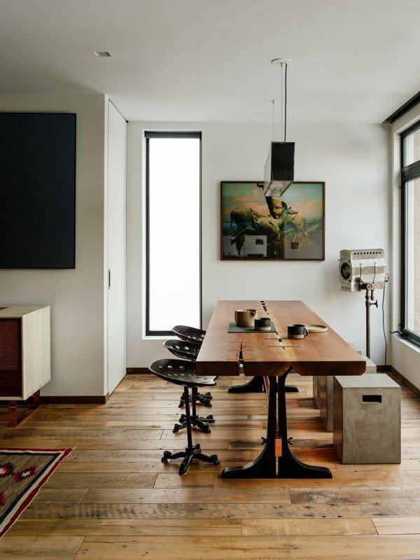 Стол в стиле лофт изготовлен на заказ с соответствующими стульями из старых тракторных сидений.