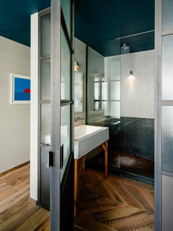 Ванная комната в главной спальне. От спальни отделена стальными дверьми с полупрозрачным остеклением. Душевая отделана мрамором.