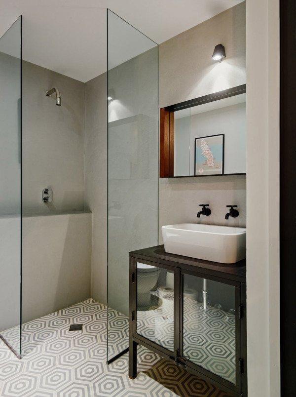 Вторая ванная комната оформлена более сдержано. Стены светло-серые бетонные, на полу кафельная плитка.