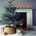 Элегантная минималистская елка в корзине у камина. Камин украшен хвойной гирляндой и свечками.